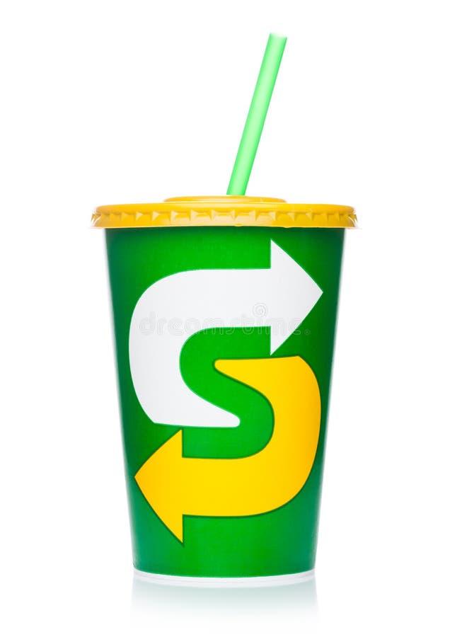 LONDRES, REINO UNIDO - 29 DE JULHO DE 2018: copo de papel com bebida de refrescamento da soda do metro no branco foto de stock royalty free