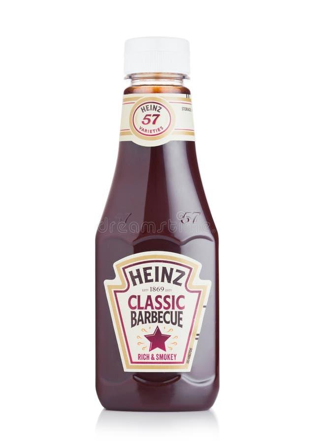 LONDRES, REINO UNIDO - 28 DE JULHO DE 2018: Uma garrafa de Heinz Classic Barbecue no branco fotos de stock