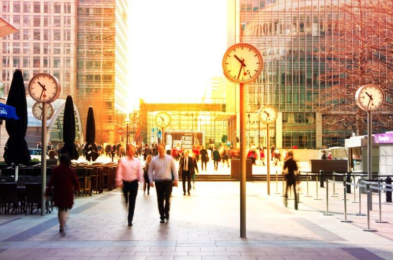 LONDRES, REINO UNIDO - 3 DE JULIO DE 2014: Gente que camina para conseguir trabajar en la madrugada en la aria de Canary Wharf imagenes de archivo