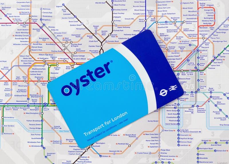 Londres/Reino Unido - 1 de julio de 2019 - tarjeta del viaje de la ostra en un mapa de Londres subterráneo fotografía de archivo libre de regalías