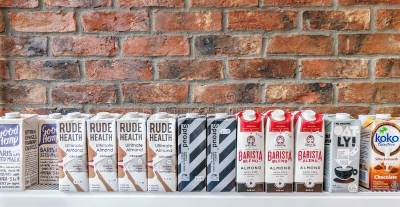 Londres/Reino Unido - 15 de junho de 2019 - fileira de alternativas do leite/de caixas leite da planta, de vários tipos disponíve fotografia de stock royalty free