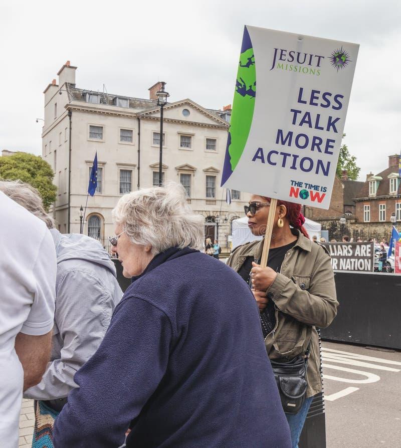 Londres/Reino Unido - 26 de junho de 2019 - mulher que guarda o sinal das alterações climáticas fora do parlamento como parte de  foto de stock