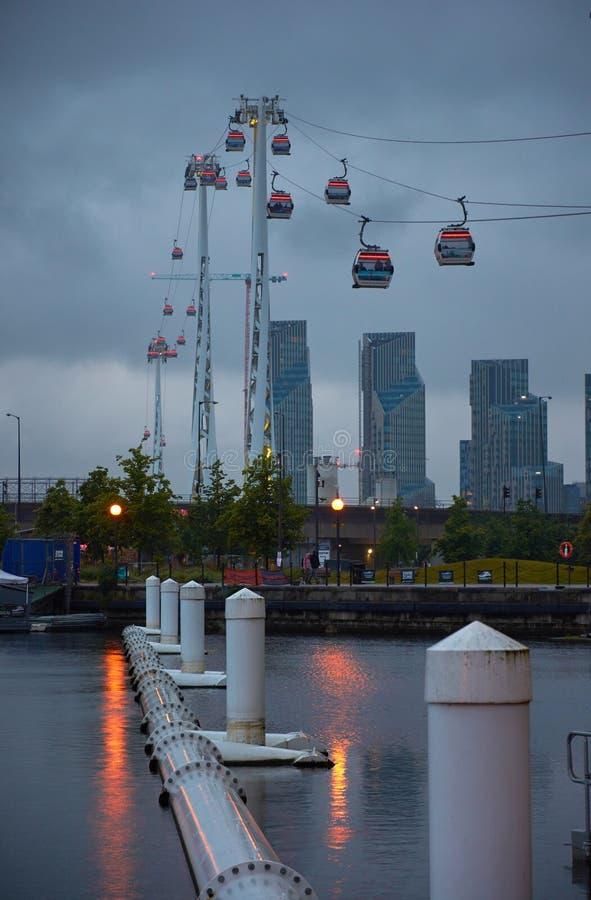 LONDRES, REINO UNIDO - 10 DE JUNHO DE 2019: O teleférico dos emirados cruza a Tamisa do centro de Excel ao O2 foto de stock