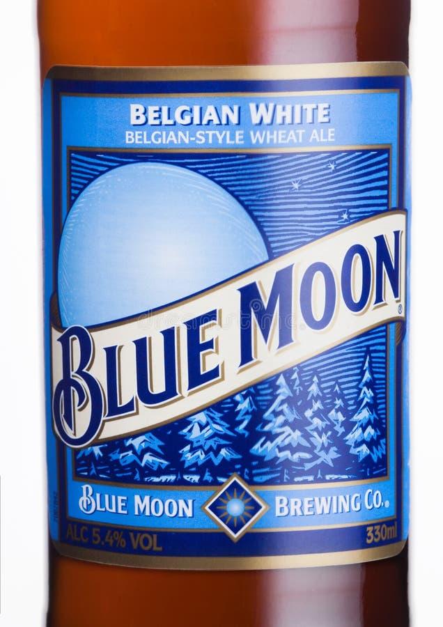 LONDRES, REINO UNIDO - 1 DE JUNIO DE 2018: Embotelle la etiqueta de la cerveza blanca belga de la luna azul, elaborada por Miller fotografía de archivo libre de regalías