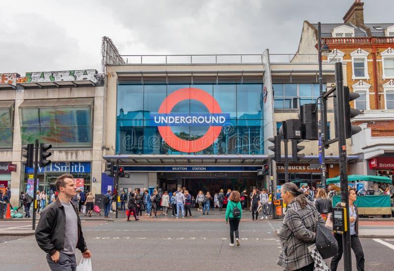 Londres, Reino Unido - 15 de junio de 2019 - entrada a la estación del metro de Brixton en la línea de Victoria imágenes de archivo libres de regalías