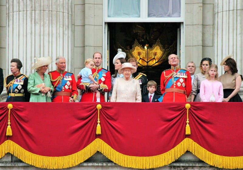 LONDRES, REINO UNIDO - 13 DE JUNIO: La familia real aparece en balcón del Buckingham Palace durante la marcha la ceremonia del co imagenes de archivo
