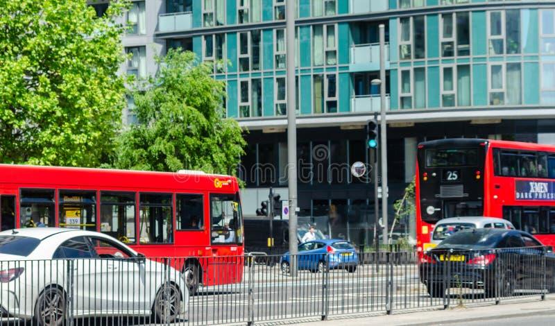 LONDRES, Reino Unido - 21 DE MAIO DE 2019 ônibus de dois andares vermelho que conduz abaixo da rua em Londres do leste, um veícul imagem de stock royalty free