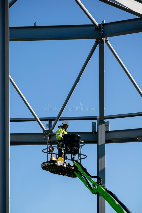 LONDRES, REINO UNIDO - 4 DE MAIO DE 2016 - armação de aço da construção nova na construção com o trabalhador da construção no ele fotos de stock
