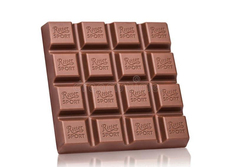 LONDRES, REINO UNIDO - 15 DE MAIO DE 2017: Barra de chocolate do leite do esporte de Ritter no branco Barra de chocolate do espor foto de stock