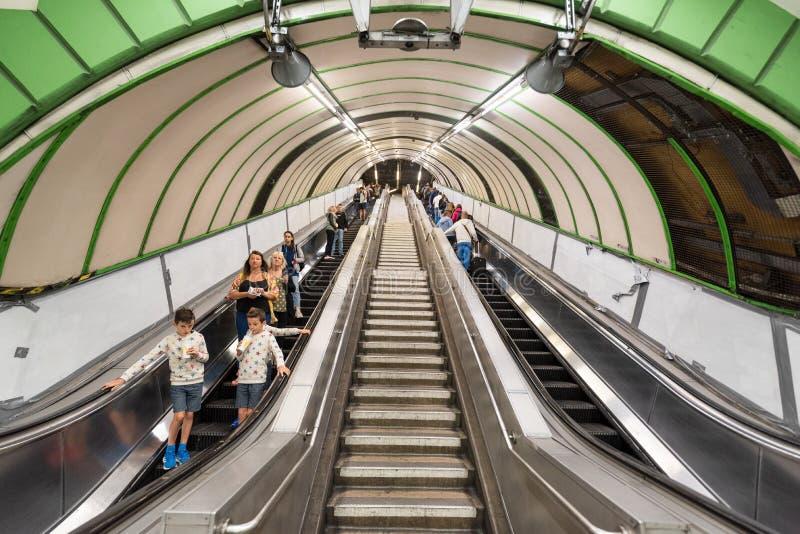 Londres, Reino Unido - 12 de maio de 2019: Opinião as escadas rolantes e os viajantes dentro de Londres no subsolo fotografia de stock royalty free