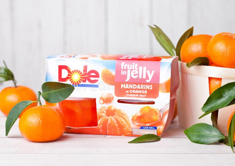 LONDRES, REINO UNIDO - 31 DE MARÇO DE 2018: Bloco de Del Monte Mandarin Segments Jelly com frutos frescos na madeira branca imagens de stock
