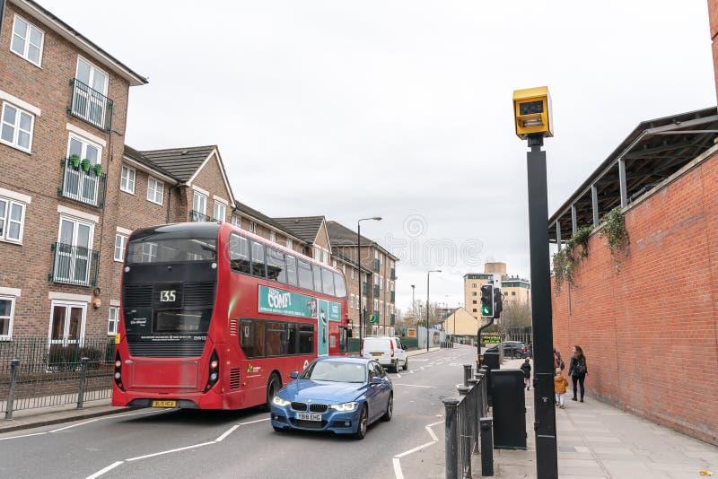 Londres, Reino Unido - 5 de março de 2019: Câmera da velocidade em uma estrada em Inglaterra imagens de stock