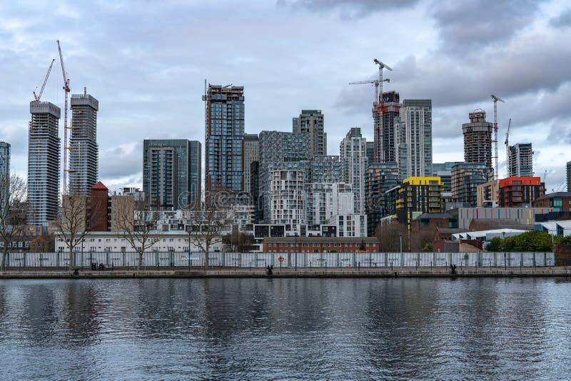 Londres, Reino Unido - 5 de mar?o de 2019: Casas e desenvolvimentos novos, constru??es residenciais modernas no rio Tamisa em Can fotografia de stock