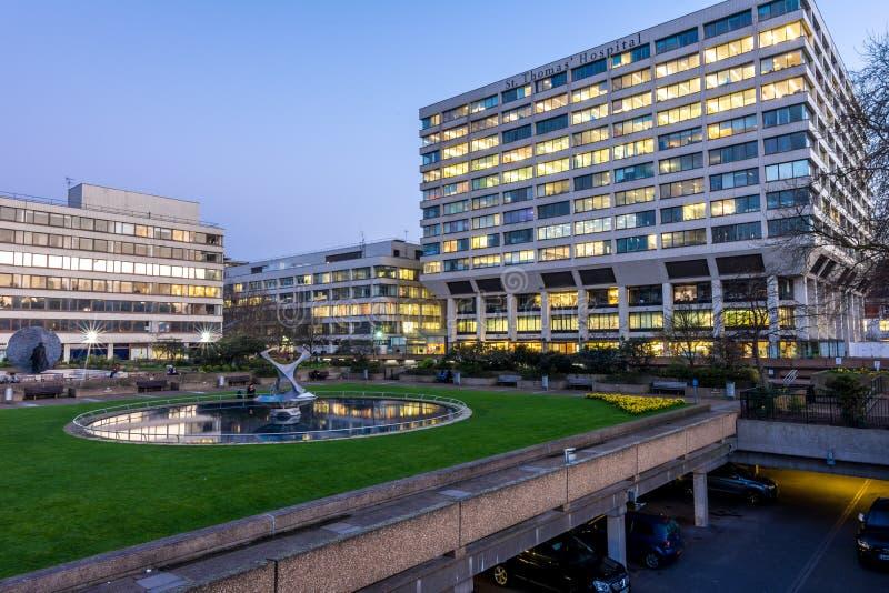 Londres, Reino Unido - 15 de março de 2016: St Thomas Hospital através do parlamento britânico imagens de stock royalty free