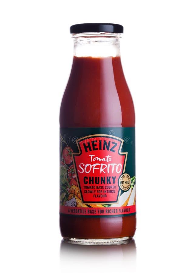 LONDRES, REINO UNIDO - 10 DE MARÇO DE 2018: Garrafa de vidro da base robusta do tomate do sofrito do tomate de Heinz no branco imagem de stock royalty free