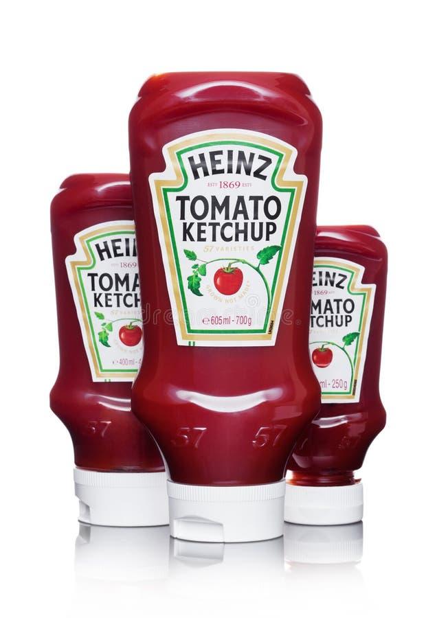 LONDRES, REINO UNIDO - 10 DE MARÇO DE 2018: Garrafas plásticas de Heinz Ketchup no branco Manufaturado por H J Heinz Company fotos de stock royalty free