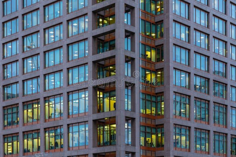 Londres, Reino Unido - 5 de março de 2019: Opinião da noite ao prédio de escritórios de Morgan Stanley em Canary Wharf, zonas das fotos de stock royalty free