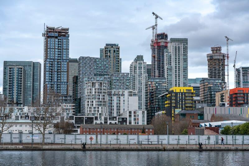Londres, Reino Unido - 5 de mar?o de 2019: Casas e desenvolvimentos novos, constru??es residenciais modernas no rio Tamisa em Can fotos de stock