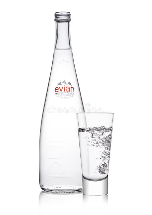 LONDRES, REINO UNIDO - 1 DE MARZO DE 2018: Botella de cristal de agua mineral natural pura de Evian en un blanco Hecho en Francia foto de archivo libre de regalías