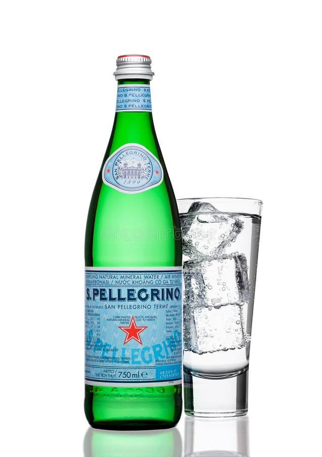 LONDRES, REINO UNIDO - 30 DE MARZO DE 2017: Botella con el vidrio de agua mineral de San Pellegrino en blanco San Pellegrino es u imagen de archivo libre de regalías