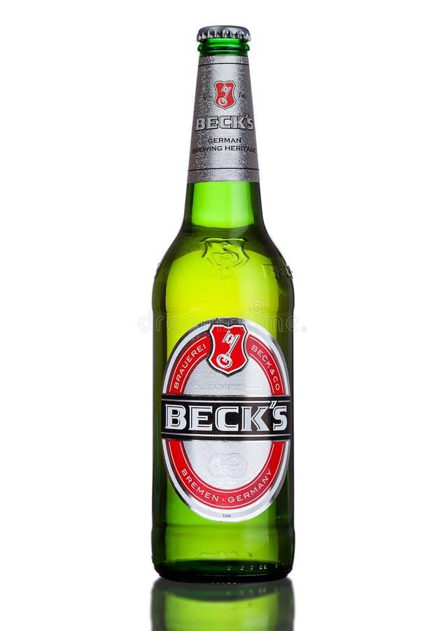 LONDRES, REINO UNIDO - 15 DE MARZO DE 2017: Botella de cerveza de las cubas de tintura en el fondo blanco La cervecería de las cu foto de archivo libre de regalías