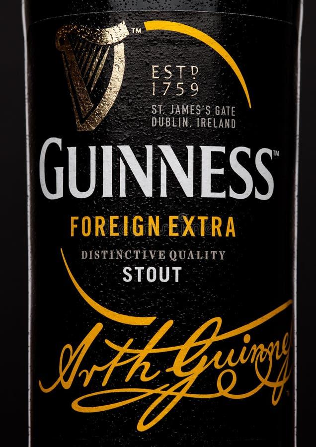 LONDRES, REINO UNIDO - 21 DE MARZO DE 2017: Embotelle la etiqueta de la cerveza adicional extranjera de Guinness en negro La cerv foto de archivo libre de regalías