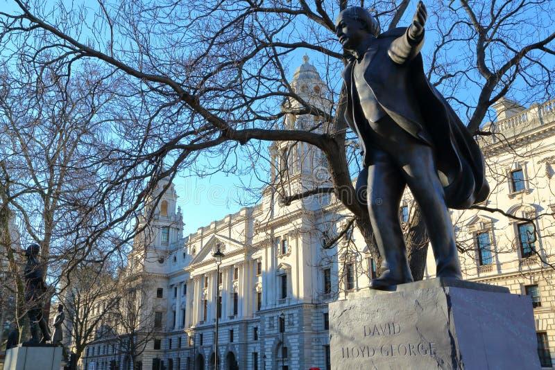 LONDRES, REINO UNIDO - 16 DE MARZO DE 2014: Estatua de David Lloyd George en el cuadrado del parlamento fotos de archivo