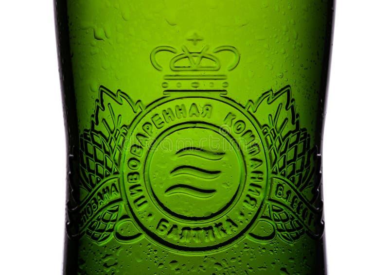 LONDRES, REINO UNIDO - 15 DE MAYO DE 2017: Embotelle la cerveza de cerveza dorada de la etiqueta número siete en blanco Baltika e fotografía de archivo libre de regalías