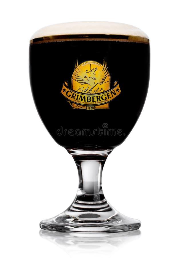 LONDRES, REINO UNIDO - 29 DE MAYO DE 2017: Vidrio frío de cerveza del dubbel de Grimbergen en fondo Con espuma y la reflexión imágenes de archivo libres de regalías