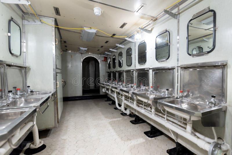 Londres, Reino Unido - 13 de mayo de 2019: El interior del museo del buque de guerra del HMS Belfast, consideró la acción durante fotografía de archivo
