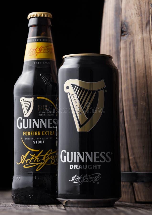 LONDRES, REINO UNIDO - 3 DE MAYO DE 2018: La poder de aluminio y la botella de cristal de Guinness elaboran la cerveza valiente a foto de archivo libre de regalías