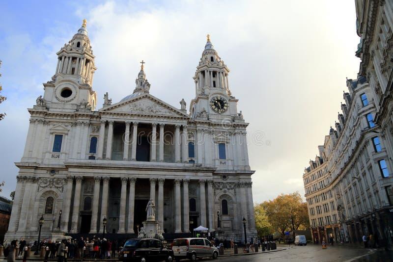LONDRES, REINO UNIDO - 12 DE NOVEMBRO DE 2018: A catedral de St Paul, uma das vistas as mais famosas e as mais reconhecíveis de I fotos de stock royalty free