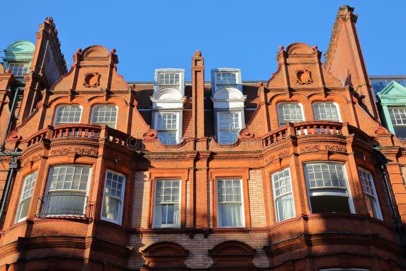 LONDRES, REINO UNIDO - 28 DE NOVEMBRO DE 2016: Detalhe de fachadas vitorianos das casas do tijolo vermelho na cidade de Kensingto fotos de stock royalty free
