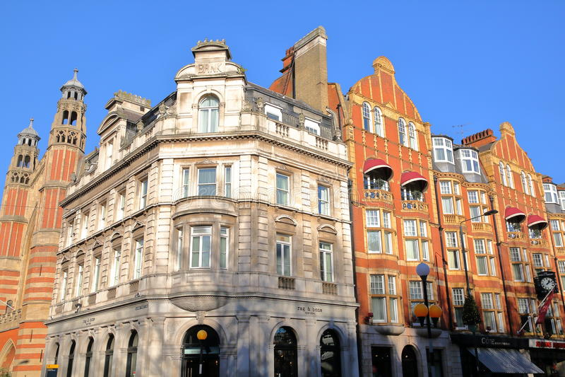 LONDRES, REINO UNIDO - 28 DE NOVEMBRO DE 2016: Fachadas vitorianos coloridas das casas em Sloane Square na cidade de Kensington e imagens de stock