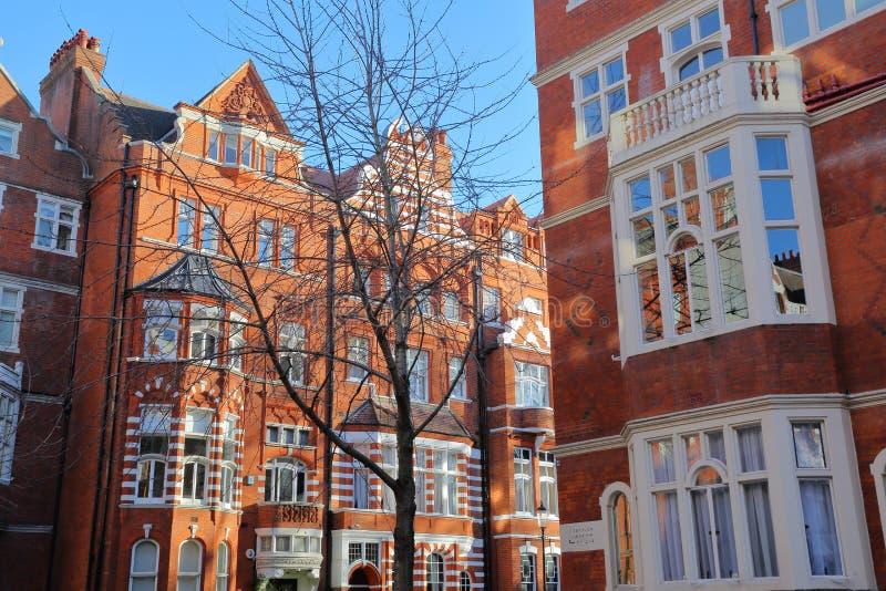 LONDRES, REINO UNIDO - 28 DE NOVEMBRO DE 2016: Fachadas vitorianos das casas do tijolo vermelho na cidade de Kensington e de Chel foto de stock royalty free