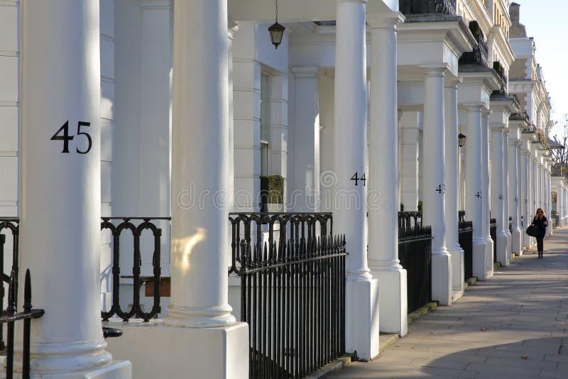 LONDRES, REINO UNIDO - 28 DE NOVEMBRO DE 2016: A fileira do luxo branco abriga fachadas em Kensington sul imagens de stock royalty free