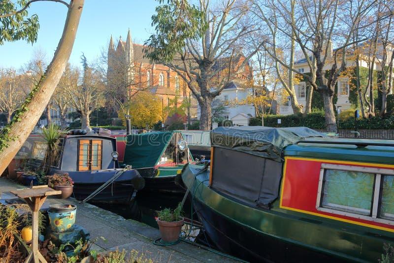 LONDRES, REINO UNIDO - 30 DE NOVEMBRO DE 2016: Pouca Veneza com as barcas coloridas ao longo dos canais e igreja apostólica catól imagens de stock