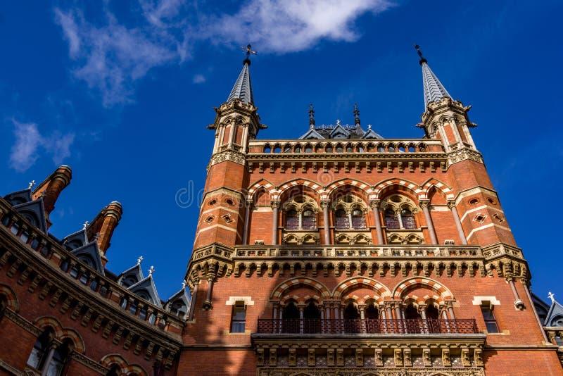 Londres, Reino Unido - 13 de novembro de 2018 - feche acima abaixo da ideia da entrada ao hotel histórico da estação de trem de S imagem de stock royalty free