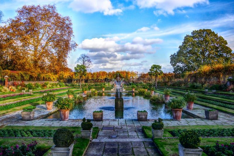 Londres, Reino Unido - 13 de novembro de 2018 - opinião da paisagem do jardim afundado bonito Céu azul com as nuvens no fundo fotos de stock