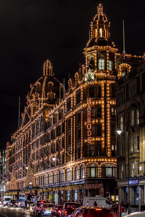LONDRES, REINO UNIDO - 13 DE NOVEMBRO DE 2018: Tiro da noite, armazém de Harrods na estrada de Brompton em Knightsbridge fotos de stock royalty free