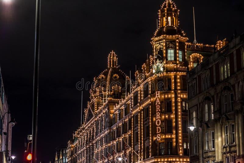 LONDRES, REINO UNIDO - 13 DE NOVEMBRO DE 2018: Tiro da noite, armazém de Harrods na estrada de Brompton em Knightsbridge fotografia de stock