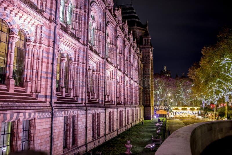 LONDRES, REINO UNIDO - 13 DE NOVEMBRO DE 2018: Tiro da noite, vista lateral do museu da história natural fotos de stock