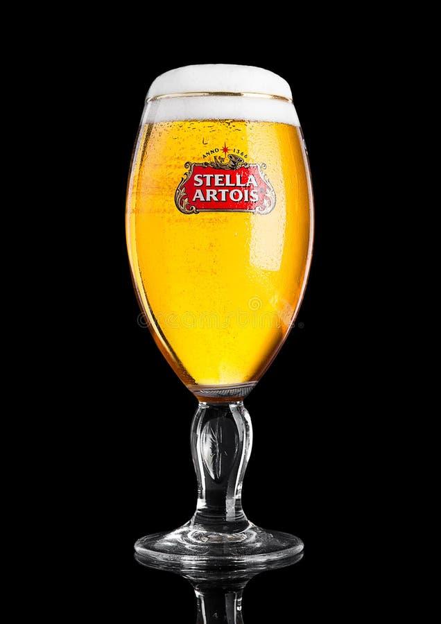LONDRES, REINO UNIDO - 29 DE NOVEMBRO 2016 vidros frios da cerveja de Stella Artois no fundo preto, tipo proeminente de Anheuser- fotografia de stock royalty free