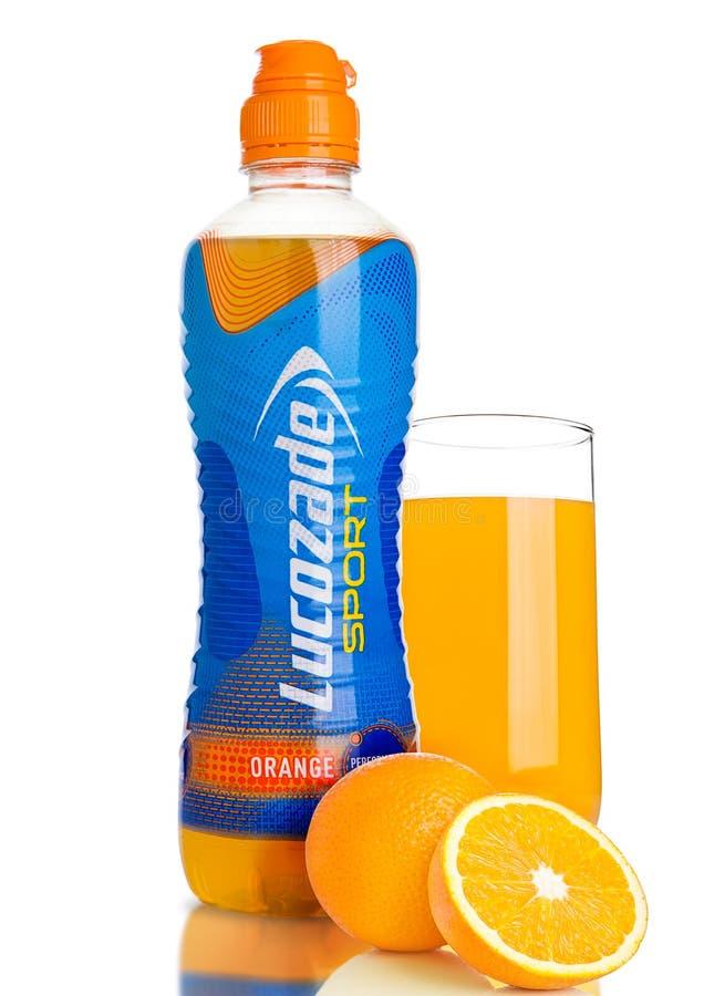 LONDRES, REINO UNIDO - 11 DE NOVIEMBRE DE 2016: Botella fría de bebida de la energía del deporte de Lucozade con anaranjado y de  foto de archivo libre de regalías