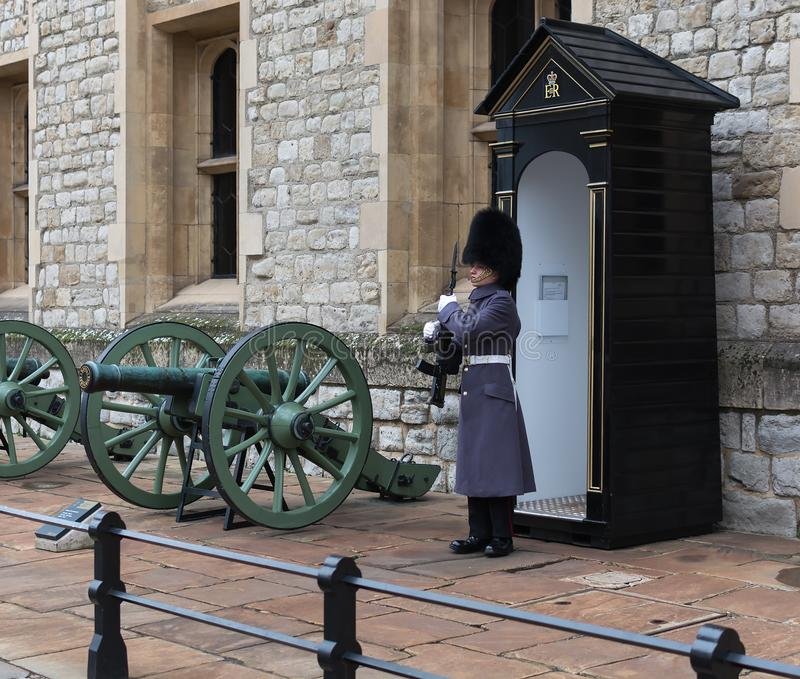 LONDRES, REINO UNIDO - 24 DE NOVIEMBRE DE 2018: Guardia real en la torre de Londres Soldado joven que guarda las joyas de la coro imagenes de archivo