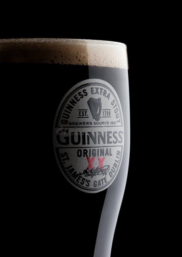 LONDRES, REINO UNIDO - 10 DE NOVIEMBRE DE 2017: Vidrio de cerveza original de Guinness en negro La cerveza de Guinness se ha prod imagen de archivo