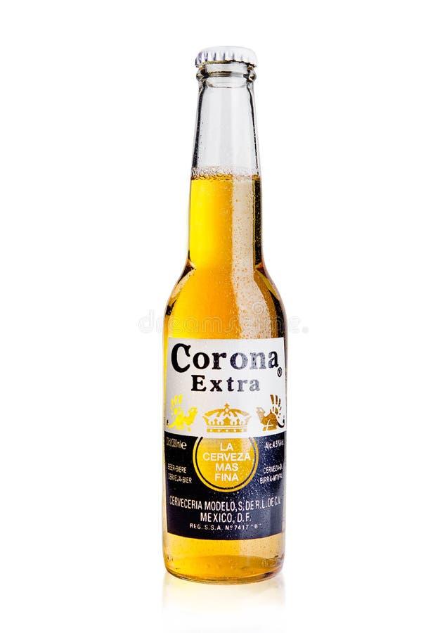 LONDRES, REINO UNIDO - 23 de octubre de 2016: Botella de Corona Extra Beer en blanco Corona, producida por Grupo Modelo con los B foto de archivo libre de regalías