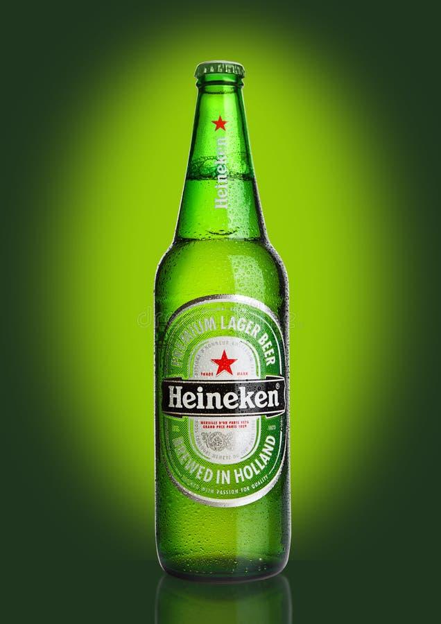 LONDRES, REINO UNIDO - 23 DE OCTUBRE DE 2016: Botella de Heineken Lager Beer en fondo verde Heineken es el productor estrella de  fotografía de archivo