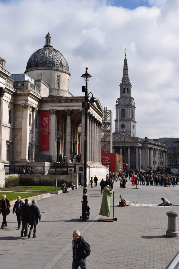LONDRES, Reino Unido - 17 de octubre de 2017: Gente que visita el National Gallery La galería contiene una colección rica de sobr fotos de archivo libres de regalías