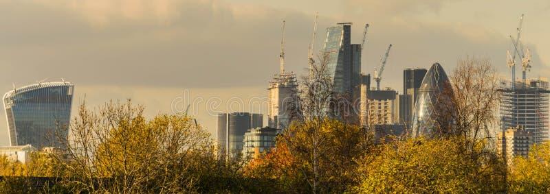 LONDRES, Reino Unido - 17 de outubro de 2017: Distrito financeiro moderno de Londres em um dia claro do céu fotografia de stock royalty free